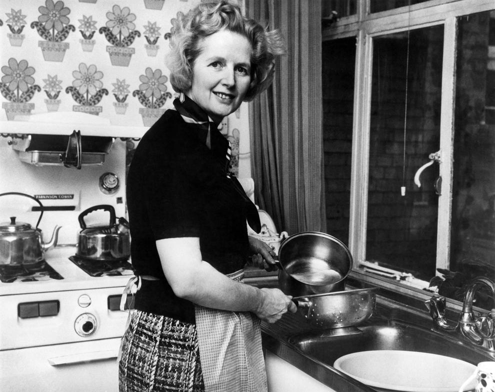 O fotografie datată februarie 1975 o înfăţişează pe lidera Partidului Conservator britanic, Margaret Thatcher, în vârstă de 49 de ani, în bucătăria casei sale din Chelsea, Londra, la scurt timp după alegerea ei, pe 11 februarie 1975, la conducerea partidului.