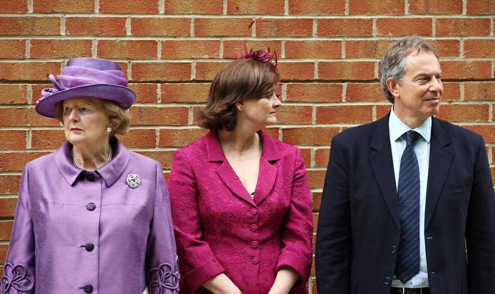 Baronesa Margaret Thatcher (S) aşteaptă să o salute pe regina Marii Britanii, alături de premierul britanic Tony Blair (D) şi soţia sa, Cherie (C), după ceremonia religioasă de comemorare a 25 de ani de la Razboiul Malvinelor, în Berkshire, joi, 14 iunie 2007.