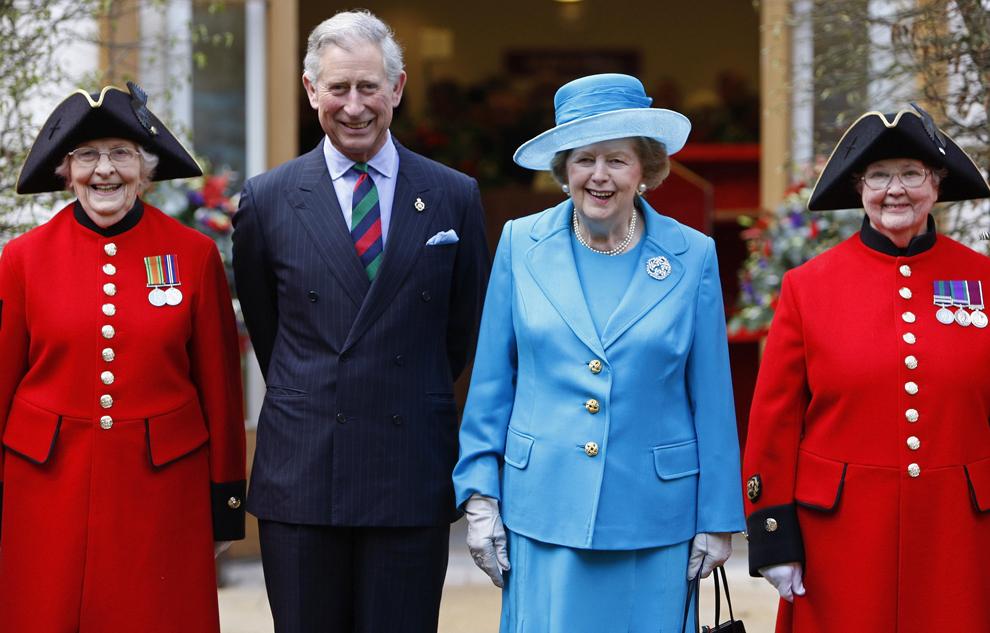 Prinţul Charles (CS) pozează alături de fostul premier britanic Margaret Thatcher (CD) şi pensionari din Chelsea în timpul deschiderii unui nou cabinet medical, la Spitalul Regal Chelsea din Londra, miercuri, 25 martie 2009.