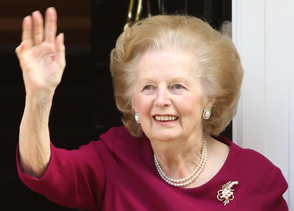Fostul premier britanic Margaret Thatcher salută reprezentaţii presei în faţa casei sale, după ce a părăsit Spitalul Cromwell, unde a petrecut ultimele 12 zile, din cauza unei gripe, luni, 1 noiembrie 2010.