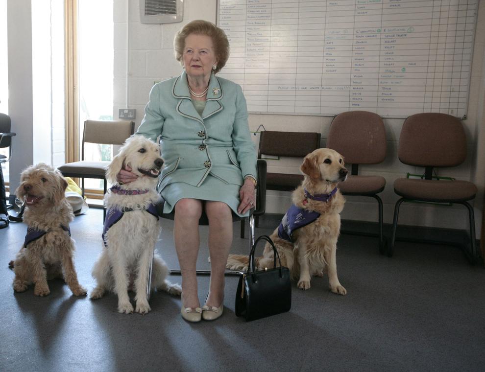 Fostul premier britanic Margaret Thatcher participă la deschiderea unei noi clădiri pentru găzduirea şi antrenarea partenerilor canini, la Centrul Naţional de Antrenament, în Heyshott, West Sussex, marţi, 2 iunie 2009.