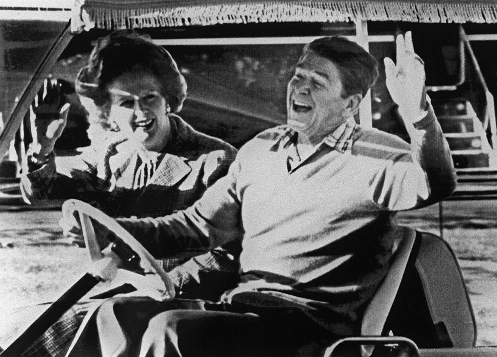 O fotografie realizată pe 22 decembrie 1984 îl înfăţişează pe preşedintele american Ronald Reagan făcând cu mâna, alături de premierul britanic Margaret Thatcher, după sosirea lor la Camp David, înaintea unei întâlniri.