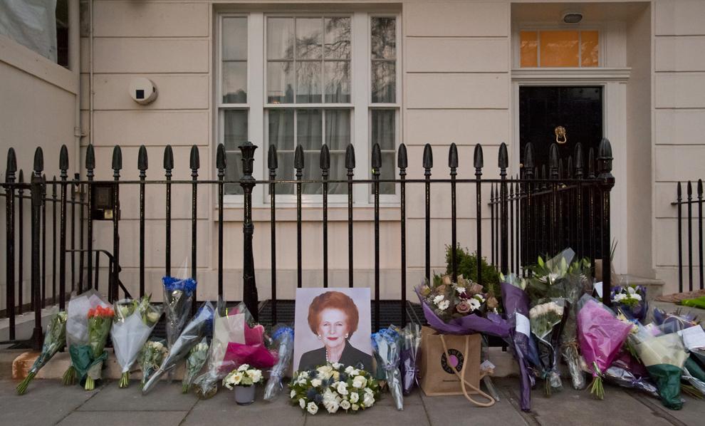 Flori şi mesaje lăsate de admiratori pot fi văzute în faţa casei fostului premier britanic Margaret Thatcher, în centrul Londrei, luni, 8 aprilie 2013.