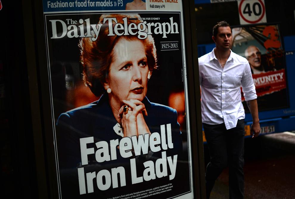 Un bărbat trece pe lângă un afiş ce reprezintă prima pagină a tabloidului Daily Telegraph cu o fotografie a fostului premier britanic Margaret Thatcher, în districtul financiar al Sydneyului, marţi, 9 aprilie 2013.