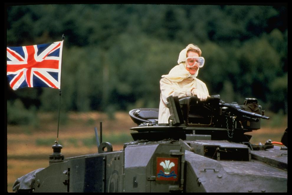 Premierul britanic Margaret Thatcher testează un tanc Challenger având pe el steagul Marii Britanii, în timpul unor manevre în poligonul de antrenament al NATO de lângă Bad Fallingbostel, Germania, în septembrie 1986.