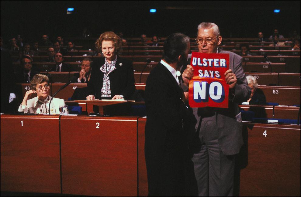 Ian Paisley afişează un afiş pe care scrie 'Ulster spune NU' în timp ce premierul britanic Margaret Thatcher se pregăteşte să susţină un discurs, în Parlamentul European, în Strasbourg, marţi, 9 decembrie 1986.