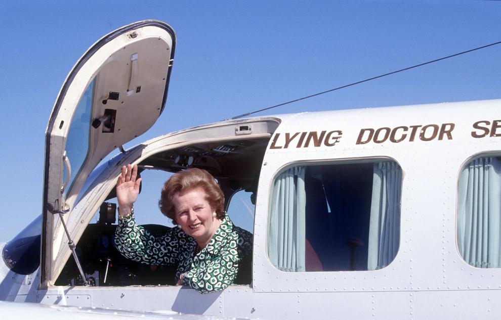 Premierul britanic Margaret Thatcher face cu mâna din carlinga unui avion, în timpul unei vizite în Australia, în august 1988.