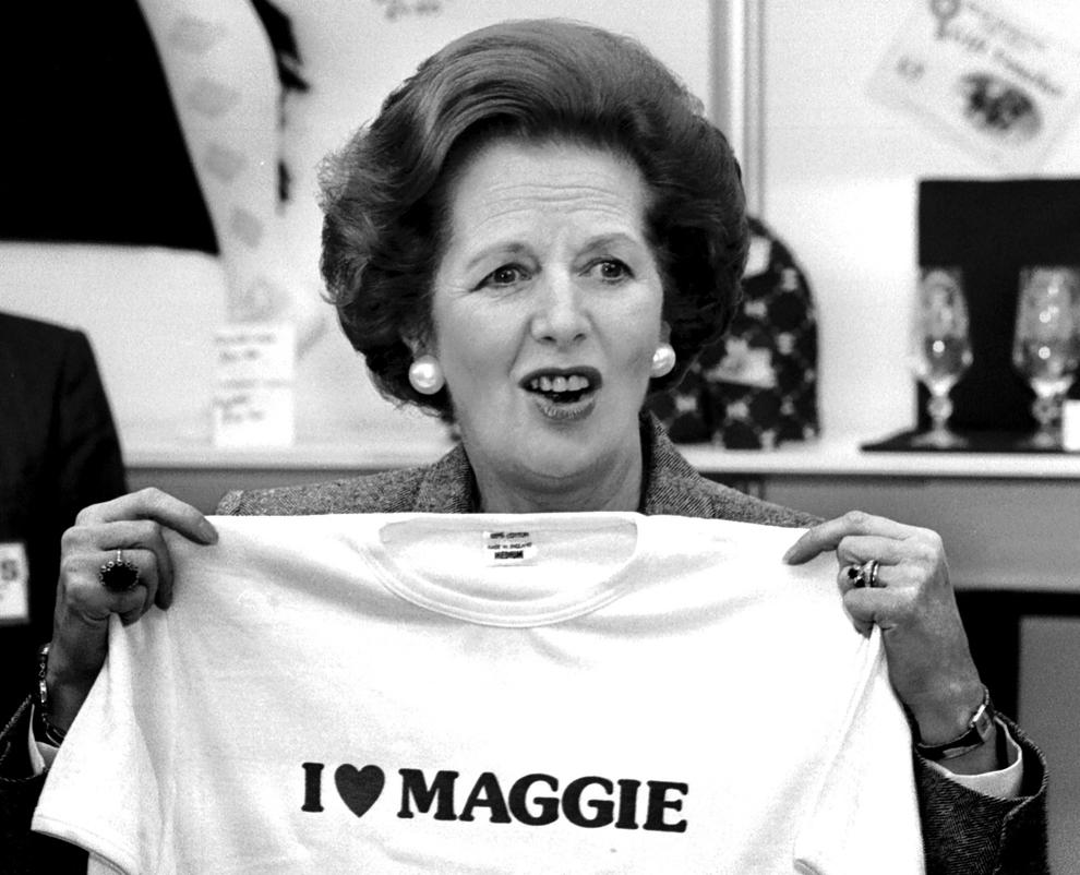 Premierul britanic Margaret Thatcher arată reprezentanţilor presei un tricou cu un mesaj de afecţiune la adresa ei, în timpul Congresului Partidului Conservator britanic, în 1987.