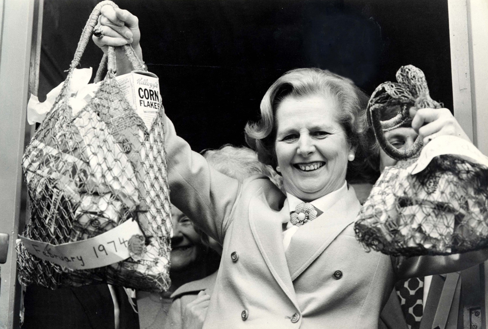 Liderul Partidului Conservator britanic Margaret Thatcher arată sacoşele cu cumpărături la ieşirea dintr-un supermarket din Brighouse, Yorkshire, în timpul campaniei electorale, marţi, 24 aprilie 1979.