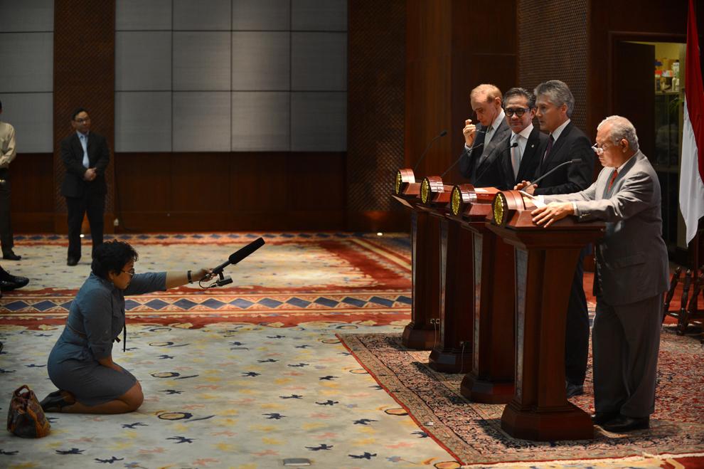 O jurnalistă înregistrează o conferinţă de presă comună a ministrului de externe australian, Bob Carr (S) şi ministrul apărării, Stephen Smith (S3), alături de ministrul de externe  al Indoneziei,  Marty Natalegawa (S2) şi ministrul apărării, Purnomo Yusgiantoro (S4), în Jakarta , miercuri, 3 aprilie 2013.