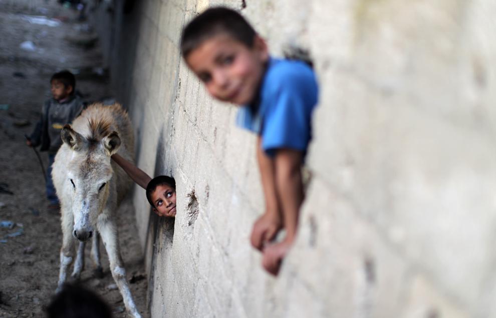 Copii palestinieni se joacă în partea săracă a oraşului Beit Lahia, Faşia Gaza, duminică, 28 aprilie 2013.