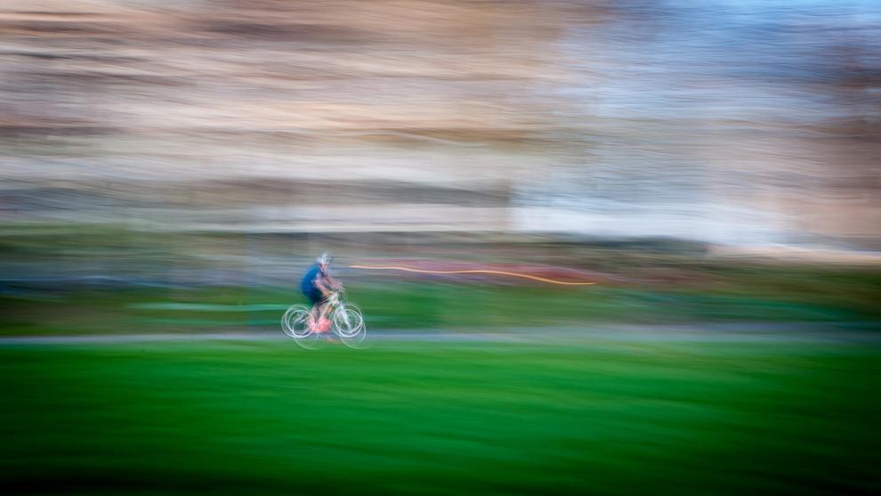 O persoană merge cu bicicleta în jurul lacului din Parcul Circului, în Bucureşti, miercuri, 10 aprilie 2013.