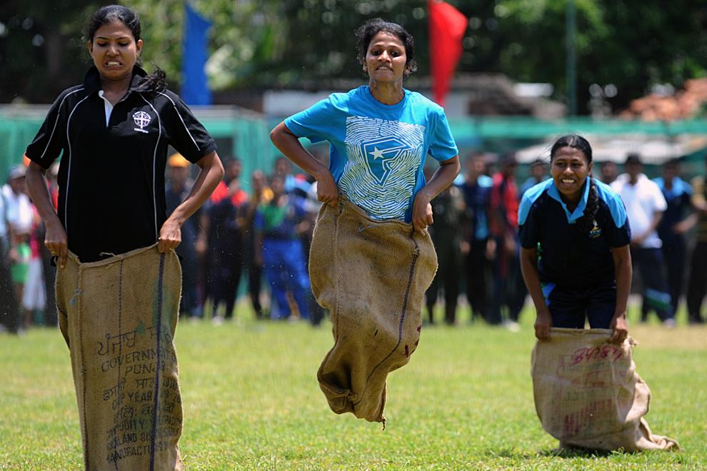 Mai multe tinere din Sri Lanka participă la o cursă de sărit cu sacul, în timpul festivităţilor ce marchează  anul nou Tamil şi Sinhala, în Colombo, joi, 11 aprilie 2013.