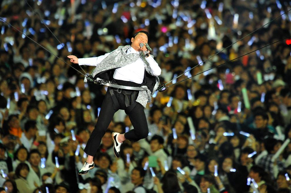 """Starul Psy, creatorul  """"Gangnam Style"""" cântă, în timpul concertului """" Happening"""", în Seul,  sâmbătă , 13 aprilie 2013."""