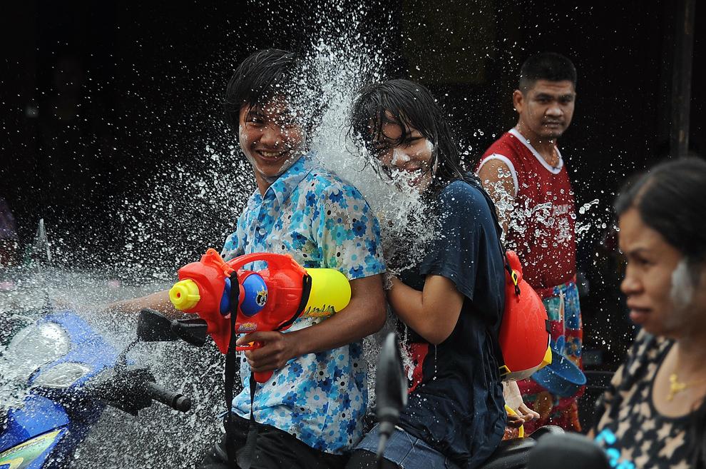 """Persoane se stropesc cu apă, în timpul festivităţilor  prilejuite de anul nou tailandez """"Songkran"""" , în Narathiwat, sudul Thailandei, sâmbătă, 13 aprilie 2013."""
