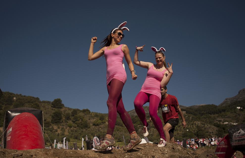 """Participanţi concurează în timpul competiţiei """" Fisherman's friend Strongmanrun"""", în Alozaina, Malaga, duminică, 14 aprilie 2013."""