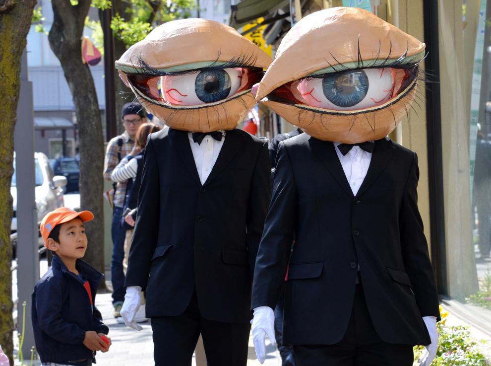 """Membrii grupului """"Medaman-Medaman"""" evoluează pe o stradă din Tokio, sâmbătă, 27 aprilie 2013."""