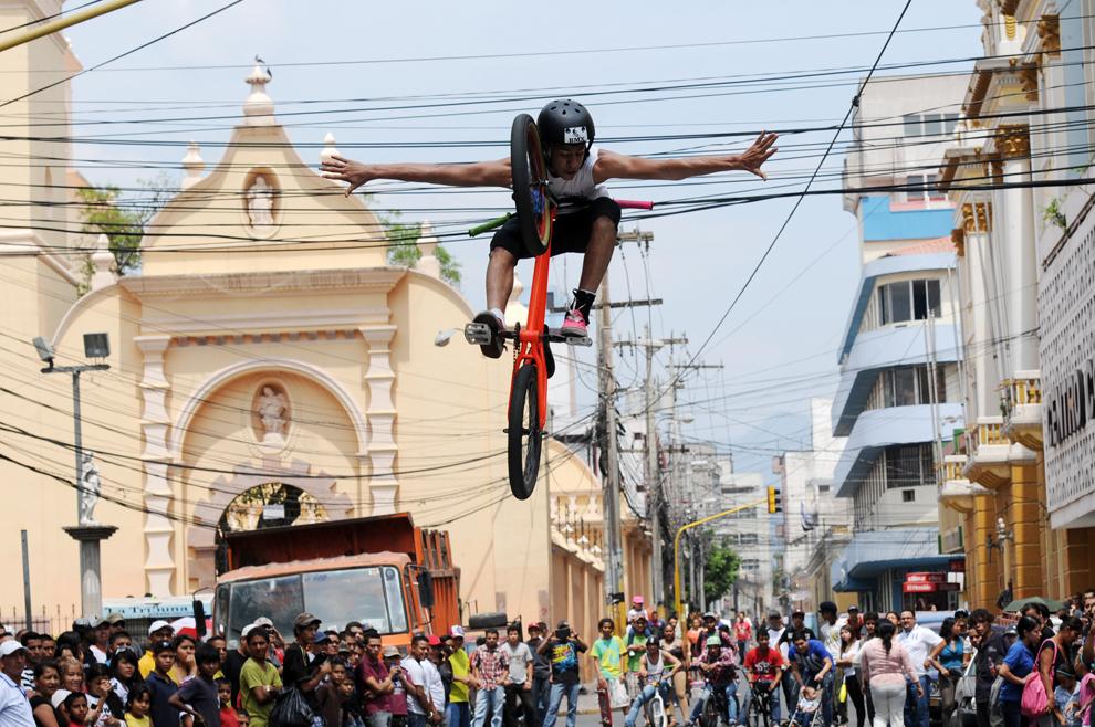 Un tânăr evoluează în cadrul unui concurs de pedalat artistic, în Tegucigalpa, Honduras, duminică, 21 aprilie 2013.