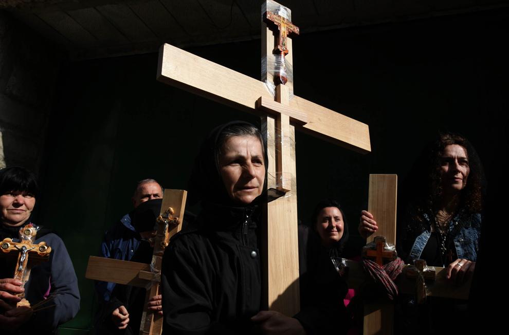 Pelerini creştini ortodocşi ţin în mâini cruci de lemn în timpul procesiunii din Vinerea Mare, pe Via Dolorosa, în oraşul vechi din Ierusalim, vineri, 22 aprilie 2011.