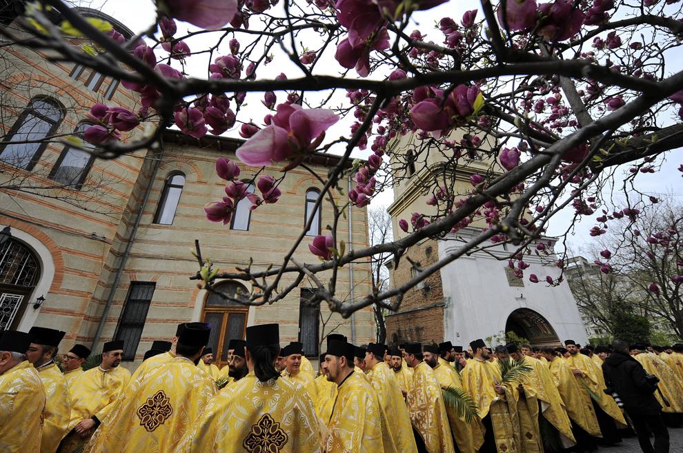 Preoţi participă la pelerinajul de Florii, în Bucureşti, sâmbătă, 17 aprilie 2011.
