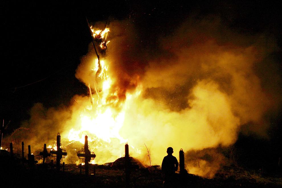 Locuitori ai comunei Groşi din judeţul Maramureş se adună pe deal şi vestesc Învierea Domnului printr-un foc imens, aprins înainte de miezul nopţii, sâmbătă, 23 aprilie 2011.