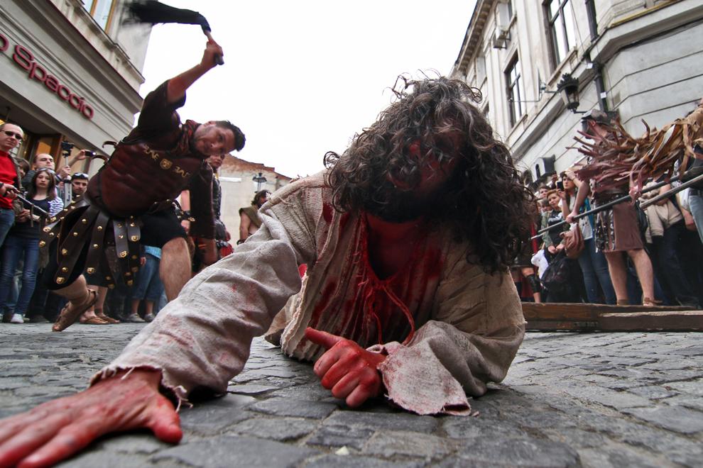 """Dan Leş interpretează rolul lui Iisus în timpul unei reprezentări dramatice a procesiunii """"Drumul Crucii"""", desfăşurată pe strada Lipscani din Bucureşti, în Vinerea Mare, 13 aprilie 2012."""