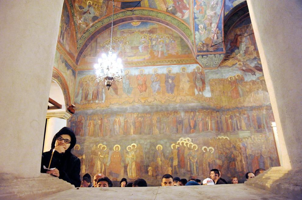 Credincioşi ortodocşi ascultă slujba de Înviere, oficiată de Patriarhul Bisericii Ortodoxe Române, Preafericitul Părinte Daniel, în curtea Catedralei Patriarhale, sâmbătă, 14 aprilie 2012.