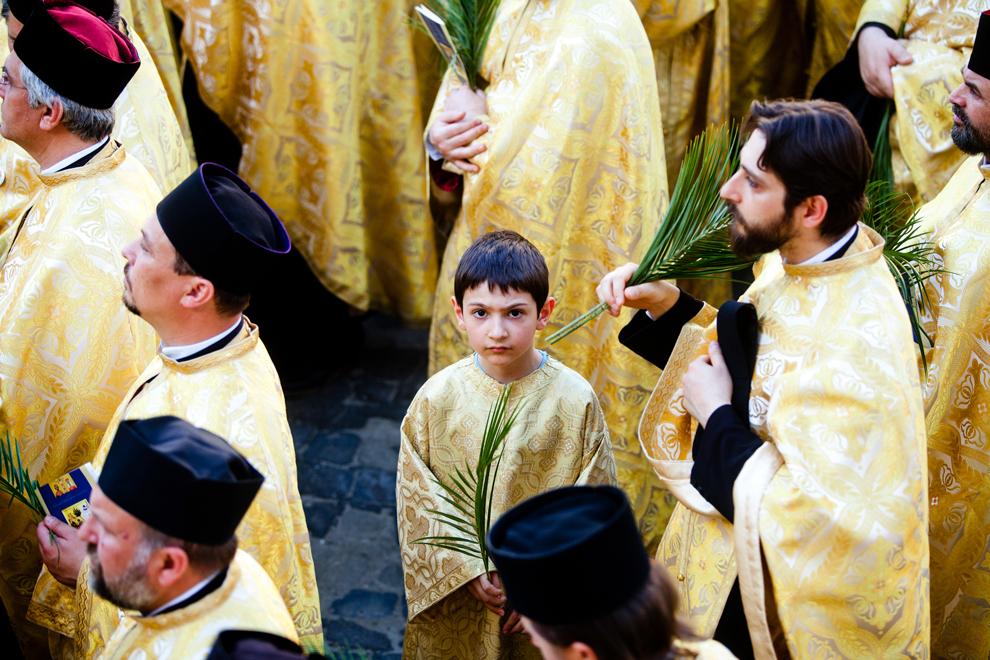 Un copil de altar participă la pelerinajul organizat de Patriarhia Română şi Arhiepiscopia Bucureştilor cu ocazia sărbătorii de Florii, în Bucureşti, sâmbătă, 27 aprilie 2013.
