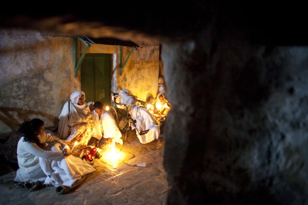 Credincioşi ortodocşi etiopieni participă la ceremonia Focului Sfânt, în sectorul aparţinând bisericii etiopiene din interiorul Bisericii Sfântului Mormânt, sâmbătă, 23 aprilie 2011.