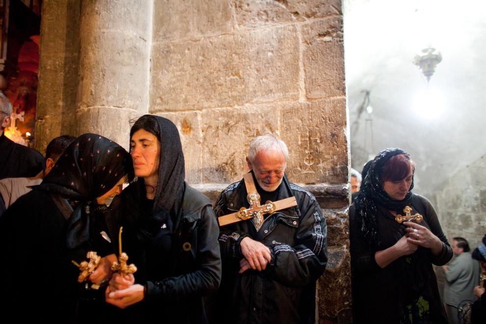 Pelerini creştini-ortodocşi participă la procesiunea din Vinerea Mare, la Biserica Sfântului Mormânt, în oraşul vechi din Ierusalim, vineri, 13 aprilie 2012.