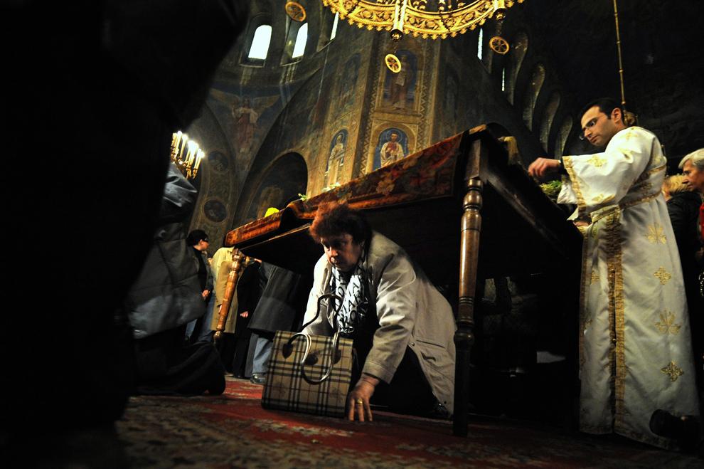 Credincioşi ortodocşi bulgari se roagă şi trec pe sub Sfântul Epitaf, numit şi Sfântul Aer, în timpul ceremoniei religioase din Vinerea Mare, în catedrala Alexander Nevski din Sofia, vineri, 22 aprilie 2011.