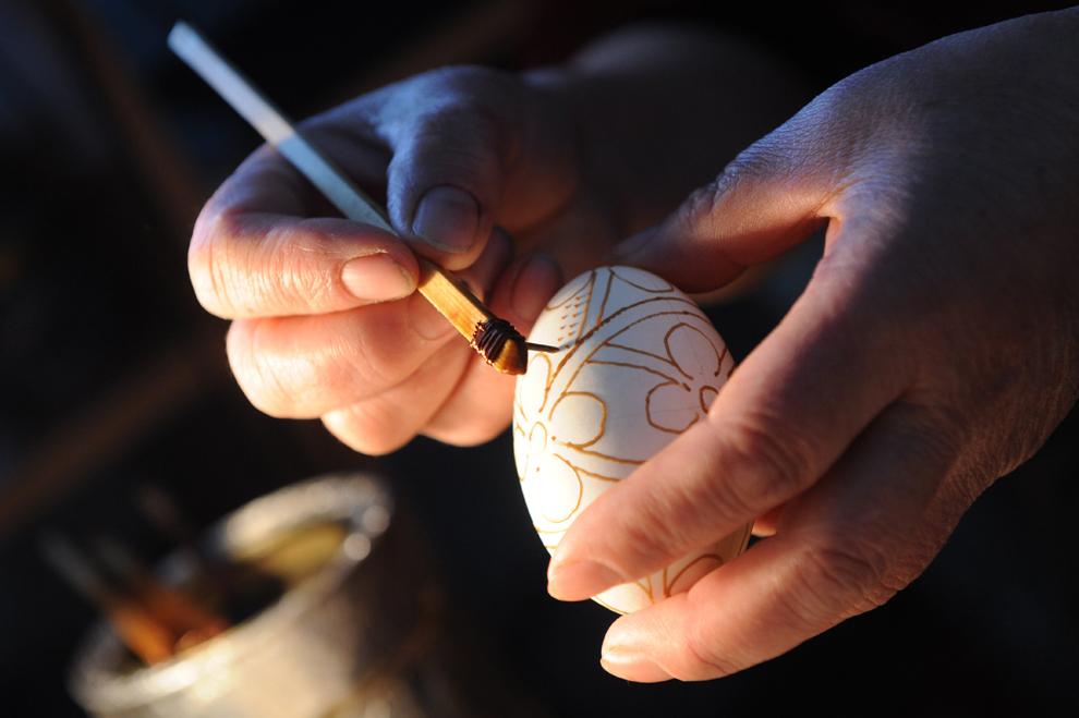 Ioana Matei vopseşte ouă înaintea sărbătorii de Paşte, în satul Niculeşti, la 130 de km de Bucureşti, vineri, 13 aprilie 2012.