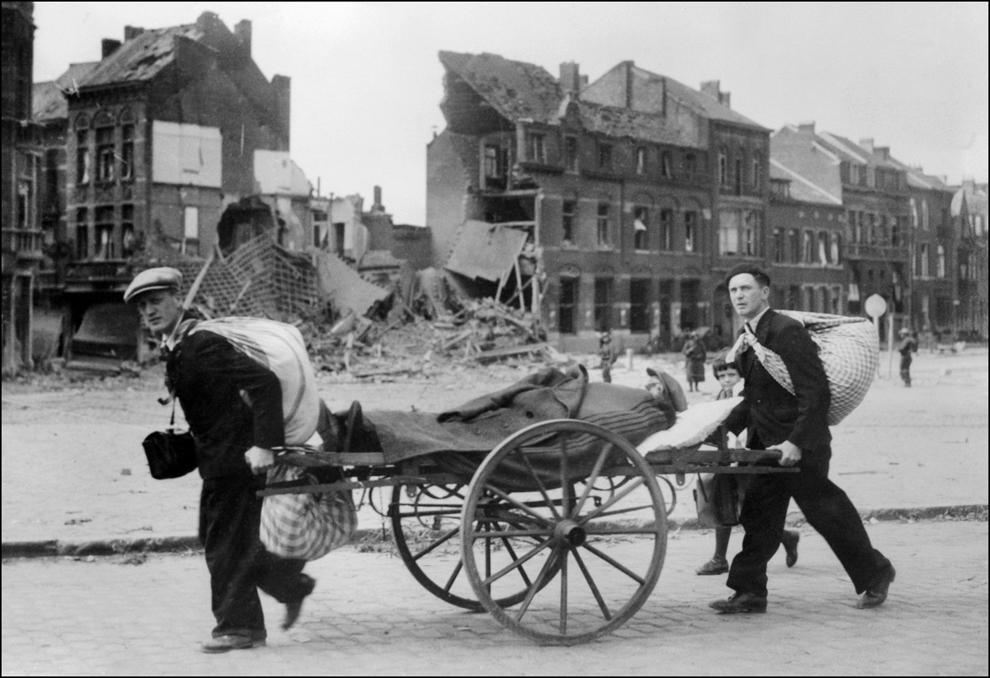 Civili francezi fug din calea bombardamentelor şi a trupelor germane, în mai 1940, în timpul celui de-al doilea război mondial.