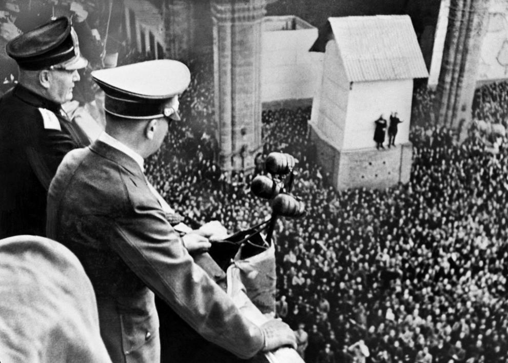 Liderul nazist Adolf Hitler (D) şi dictatorul italian Benito Mussolini (S) se adresează locuitorilor Florenţei de la balconul Palatului Dogilor, în data de 28 octombrie 1940, în timpul vizitei lui Adolf Hitler în Italia.