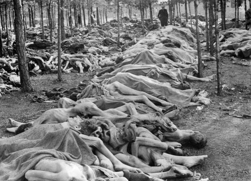 Imagine datată aprilie 1945 ce arată sute de cadavre, în lagărul de la Bergen-Belsen, după ce trupele britanice au eliberat lagărul, in 15 aprilie 1945. Britanicii au descoperit peste 60,000 de barbaţi, femei şi copii murind de foame şi boli.