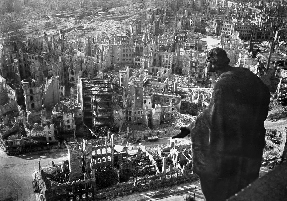 Fotografie facută de pe clădirea primăriei din Dresda, cu oraşul vechi distrus complet în urma bombardamentelor aliate din 13/14 februarie 1945.