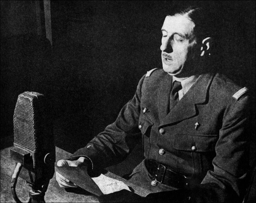 """Generalul Charles de Gaulle, viitorul lider al Forţelor Franceze Libere, în timpul intervenţiei din data de 18 iunie 1940 de la sediul BBC din Londra. Apelul său către compatrioţi de a se opune ocupării naziste avea să devină cunoscut ca """"l'Appel du 18 juin""""."""