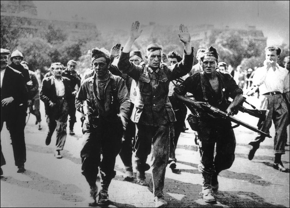 Fotografia din 24 august 1944 arată soldaţi şi ofiţeri germani ce se predau trupelor aliate, în timpul luptelor pentru eliberarea Franţei, în 1944.