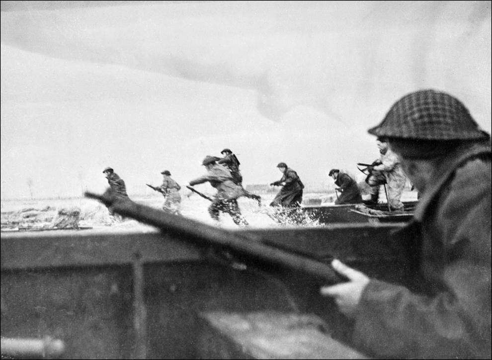 Soldaţi canadieni debarcă pe plaja Courseulles din Normandia, în data de 6 iunie 1944, în timpul celebrei operaţiuni militare.