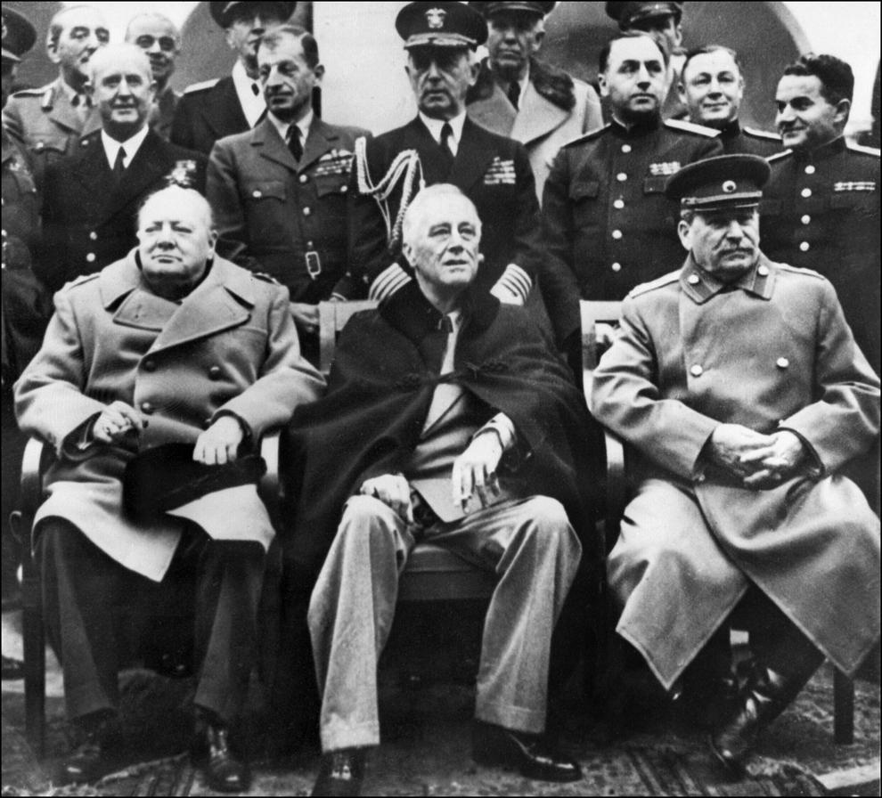 Cei Trei Mari, prim-ministrul britanic Winston Churchill, preşedintele Statelor Unite, Franklin Roosevelt şi liderul sovietic, Stalin se fotografiază împreună, în Ialta, în Crimeea, la 4 februarie 1945.