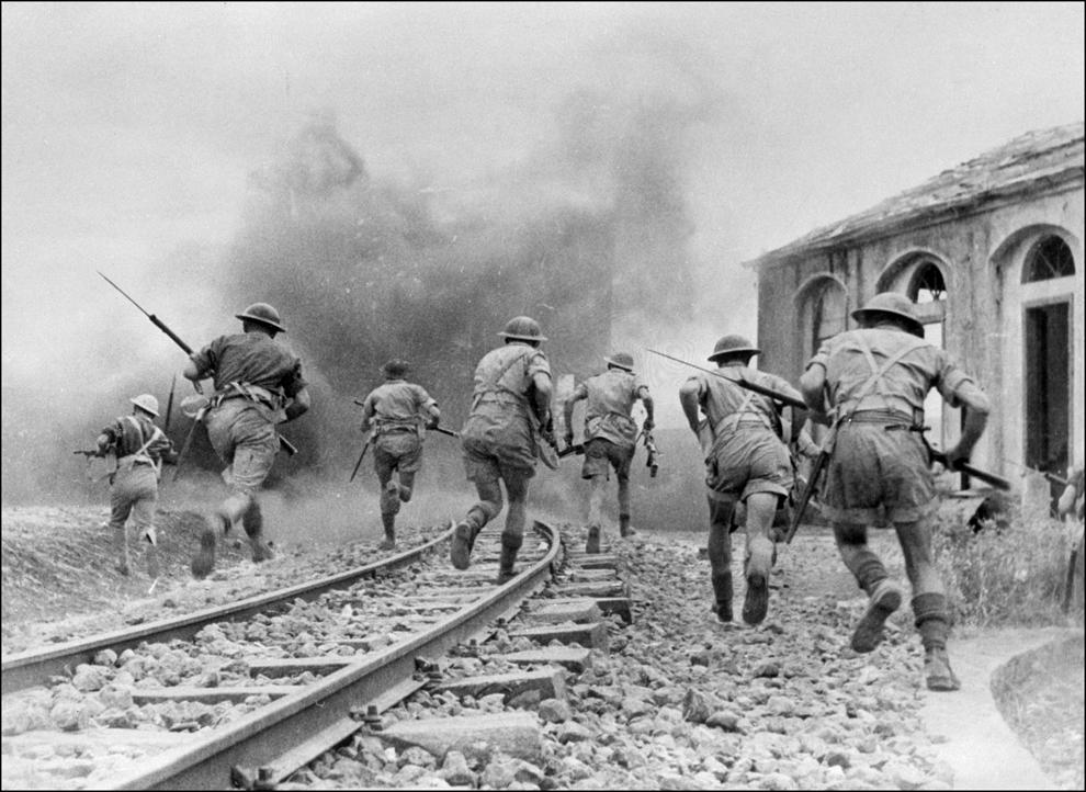 Imaginea din august 1943 arată soldaţi britanici ai Armatei a VIII-a, sub comanda generalului Montgomery, angajaţi într-o bătălie în Sicilia, Italia.