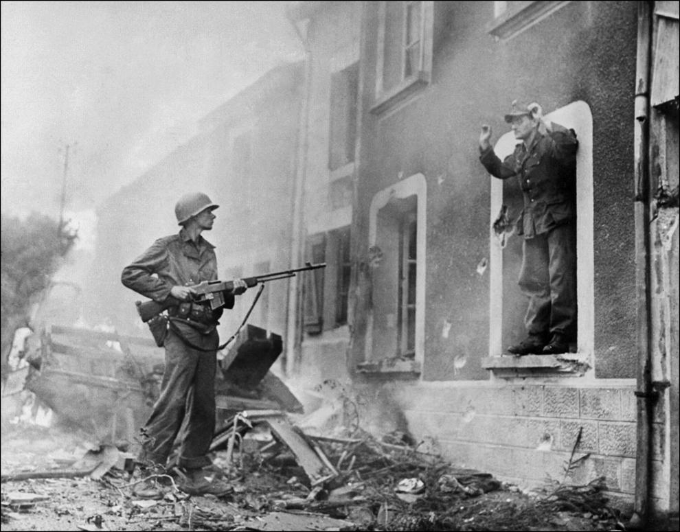 Un soldat american somează un soldat german să se predea, în timpul luptelor pentru eliberarea Franţei, în 1944.