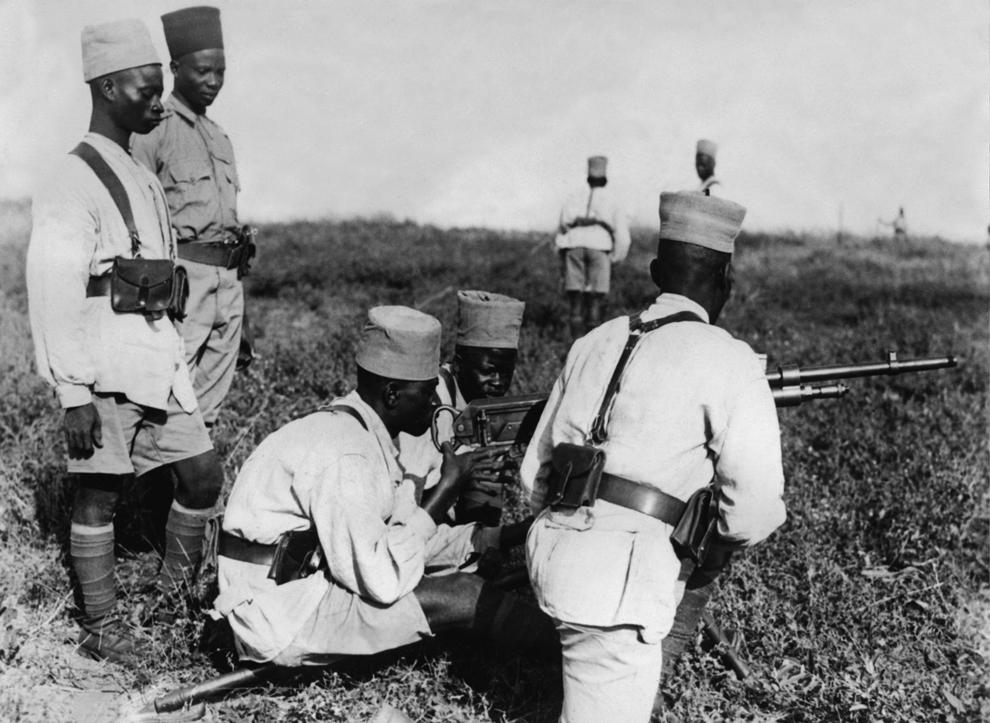 O fotografie datată 4 decembrie 1939 prezintă soldaţi senegalezi ai armatei franceze, într-un poligon de antrenament din Africa.