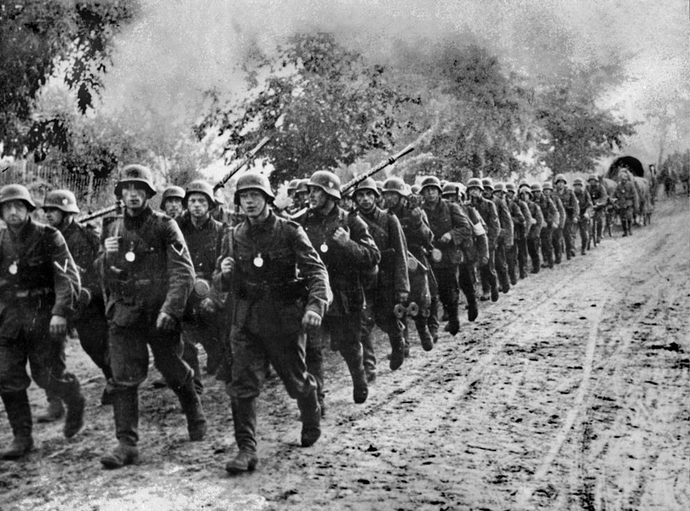 O fotografie datată septembrie 1939 arată trupe germane intrând în Polonia. 1,25 milioane de soldaţi germani şi şase divizii blindate au patruns in Polonia la 1 septembrie 1939. Pe 17 septembrie Rusia a invadat şi ocupat estul Poloniei.