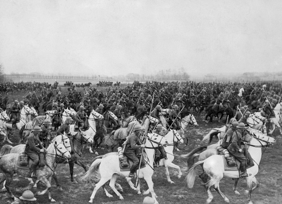 O fotografie datată septembrie 1939 arată cavaleria poloneză luptând contra forţelor germane. 1,25 milioane de soldaţi germani şi şase divizii blindate au patruns în Polonia la 1 septembrie 1939. Pe 17 septembrie Rusia a invadat şi ocupat estul Poloniei.