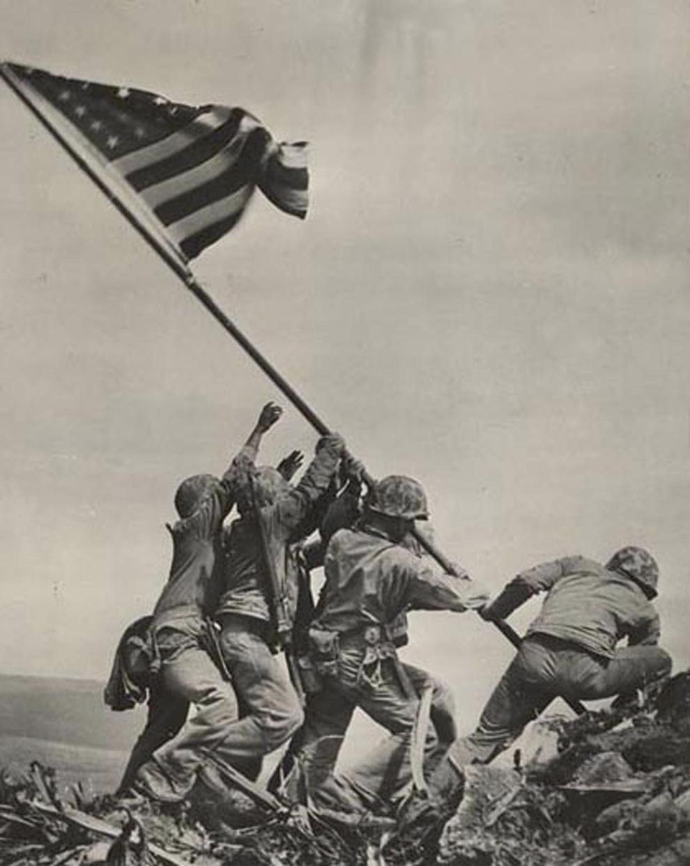 Această imagine arată mai mulţi soldaţi americani ce înfig un steag pe insula Iwo Jima din oceanul Pacific.