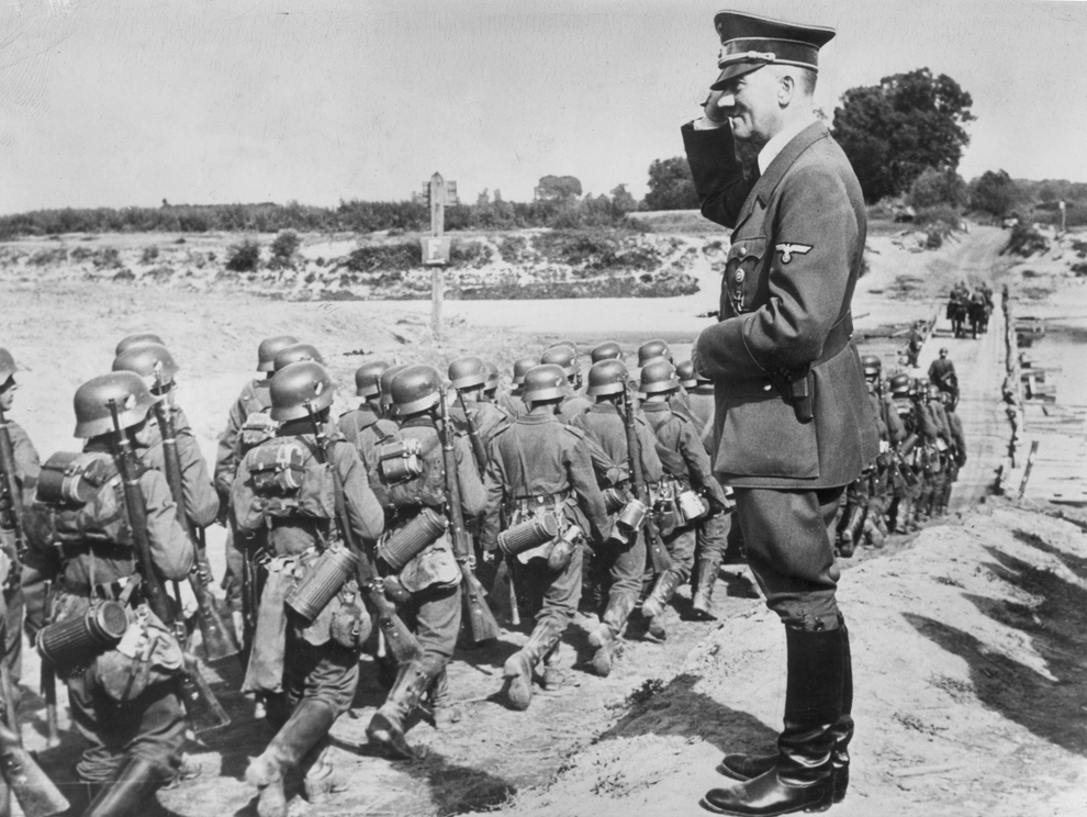 Adolf Hitler (1889 - 1945) salută trupele în timpul ocupării Poloniei, în septembrie 1939.