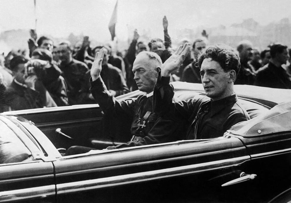 Prim-ministrul român, Ion Antonescu, auto-proclamat conducător în septembrie 1940, împreună cu Horia Sima, liderul Gărzii de Fier.
