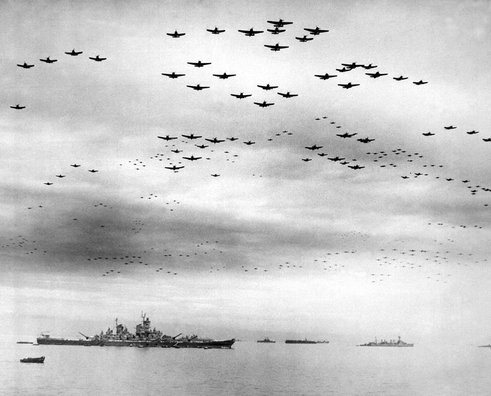 Formaţii de avioane aliate zboară deasupra navei americane USS Missouri, în timpul ceremoniilor prilejuite de capitularea Japoniei, la sfârşitul celui de-al doilea război mondial, în 1945 .