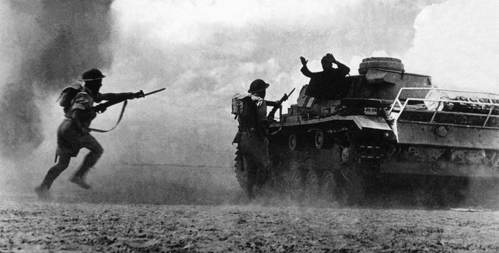 Doi soldaţi aparţinând Forţelor Aliate somează un soldat german aflat într-un tanc să se predea, în timpul unei furtuni de nisip, pe câmpul de luptă de la El Alamein, aproximativ 100 km vest de Alexandria, Egipt, în data de 25 octombrie 1942.